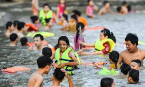 ベトナムでは子供たちに泳ぎ方を教えます