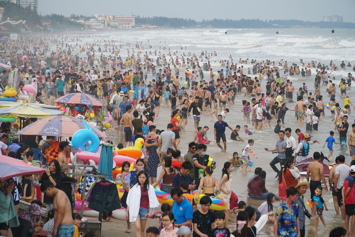 ベトナム ブンタウビーチで新年のひと泳ぎ