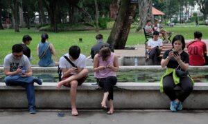 ベトナム人はインターネットやソーシャルメディアに多くの時間を費やしています