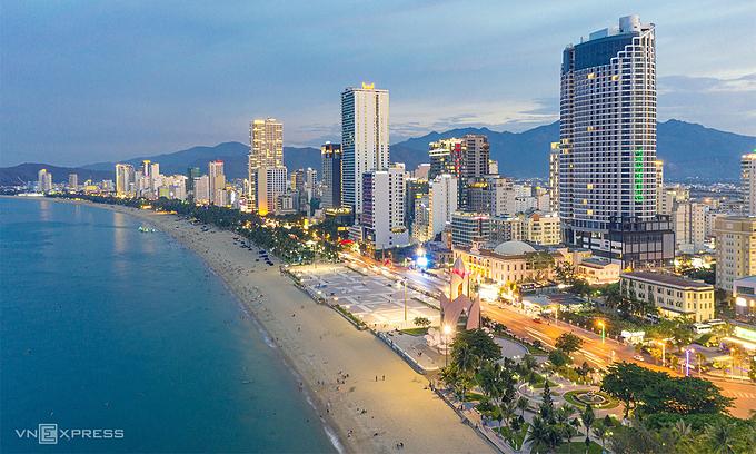 ベトナム ニャチャンがビーチ沿いの夜のフードストリートを開発する